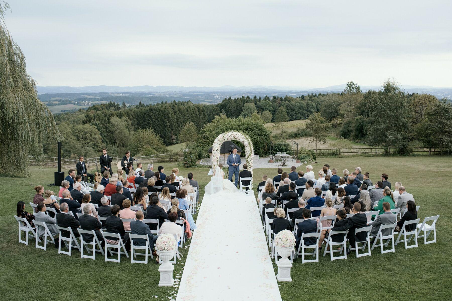 Elegantes-Hochzeit-Stillvoll-romantsich-scheune-bayern-passau-heiraten-rupperts-bonvivant-brautkleider-2020-hochzeitsauto-Braut-Brautfotos-Braut-inspirationnen-Hochzeitstorte-48